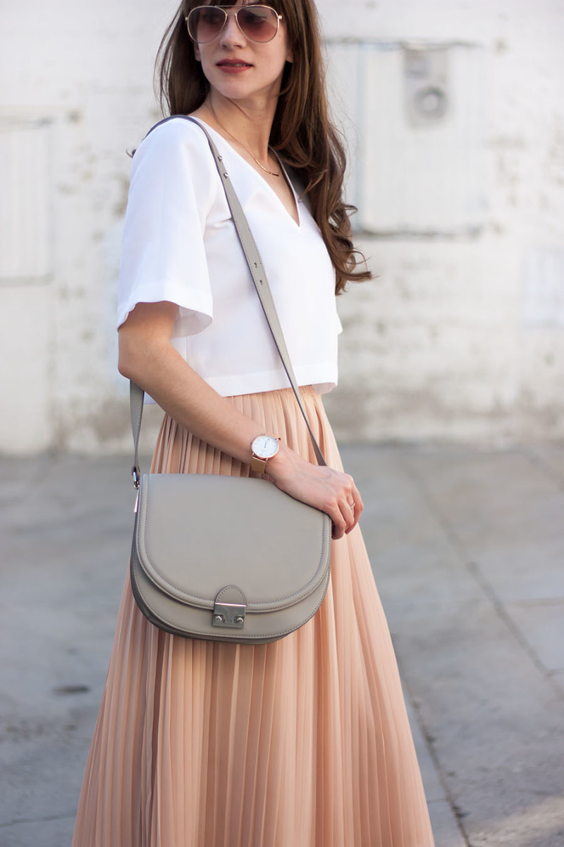 6813c0141a01 Jessica from Jeans and a Teacup wearing blush pleated midi skirt Loeffler  Randall Bag, Blush Pleated Skirt ...