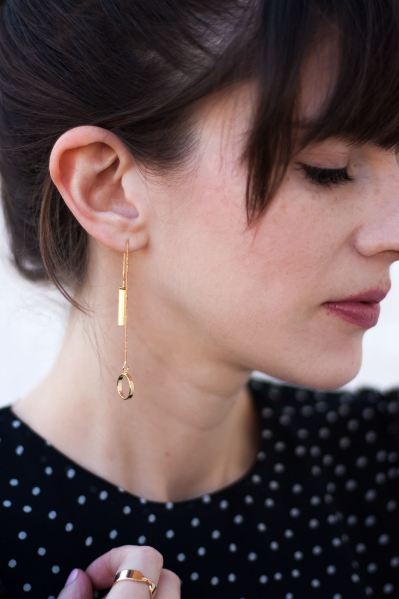 Los Angeles Style Blogger wearing minimalist earrings from Motif jewelry collection.