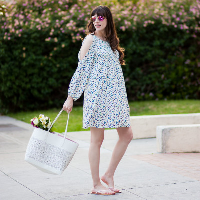 Los Angeles Fashion Blogger wearing an Old Navy Dress and Old Navy Spring Tote